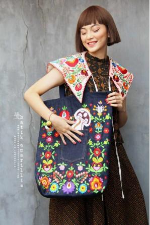 batik amarillis's breezy bag